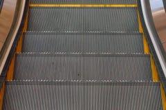 Escalera de las escaleras móviles que se mueve en alameda de compras Foto de archivo
