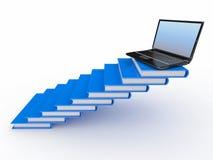 Escalera de los libros y de la computadora portátil en la tapa Foto de archivo libre de regalías