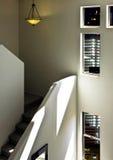 Escalera de lujo de la parte alta del hogar del desván Fotos de archivo