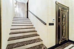 Escalera de mármol dentro del interior barroco imagen de archivo libre de regalías