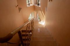Escalera de mármol y ventanas góticas en una casa moderna fotografía de archivo