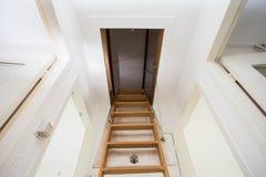Escalera de madera al ático en una casa moderna Fotografía de archivo
