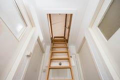 Escalera de madera al ático en una casa moderna Fotos de archivo