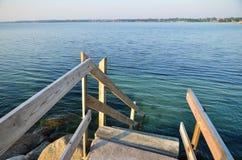 Escalera de madera al agua Foto de archivo libre de regalías