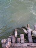 Escalera de madera del embarcadero en el río Fotos de archivo libres de regalías