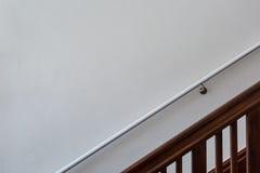 Escalera de madera delante de la pared blanca con la barandilla Imagenes de archivo