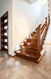 Escalera de madera en casa moderna Fotografía de archivo