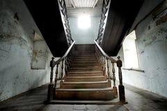Escalera de madera en casa vieja Imagen de archivo
