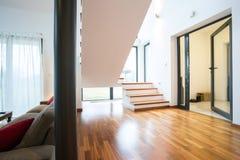 Escalera de madera en el apartamento Foto de archivo