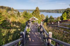Escalera de madera en una colina por el río Imagen de archivo