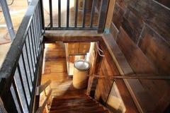 Escalera de madera, encendiéndose abajo Fotografía de archivo