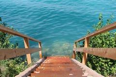 Escalera de madera que lleva abajo Fotografía de archivo libre de regalías
