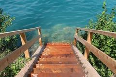 Escalera de madera que lleva abajo Fotografía de archivo