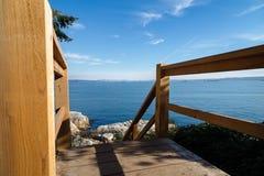 Escalera de madera que lleva abajo a la orilla en el parque del faro, Vancouver del oeste, Canadá fotos de archivo libres de regalías