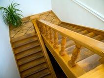 Escalera de madera que lleva abajo a la primera planta Foto de archivo libre de regalías