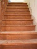 Escalera de madera real en hogar Fotos de archivo libres de regalías