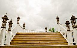 Escalera de madera sobre el cielo gris Imagenes de archivo