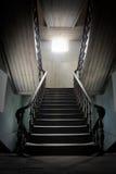 Escalera de madera vieja con luz del sol Foto de archivo
