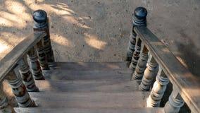 Escalera de madera vieja en la tierra imágenes de archivo libres de regalías