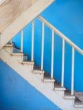 Escalera de madera y pared azul Fotos de archivo