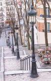 Escalera de Montmartre, lámparas de calle y café en París Fotografía de archivo
