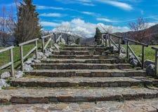 Escalera de piedra al cielo fotos de archivo