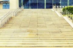 Escalera de piedra ascendente, pasos de piedra, escalera de piedra foto de archivo