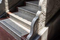 Escalera de piedra con la verja tallada Foto de archivo libre de regalías