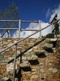 Escalera de piedra con la verja y la cerca de madera Imagen de archivo