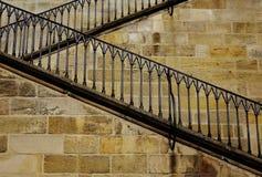 Escalera de piedra del zigzag con el pasamano del hierro Imagen de archivo libre de regalías