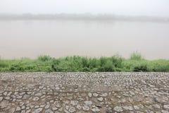 Escalera de piedra en la orilla cubierta por la niebla Imágenes de archivo libres de regalías