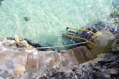 Escalera de piedra que lleva en el mar del Caribe, Jamaica Foto de archivo libre de regalías