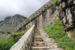 Escalera de piedra que sube para arriba en las nubes Fotografía de archivo libre de regalías