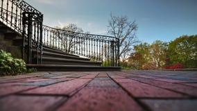 Escalera de piedra vieja con la verja del hierro Fotos de archivo libres de regalías