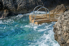 Escalera de Swimm en el mar Imagen de archivo libre de regalías