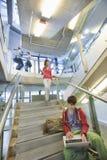 Escalera de Using Laptop On del estudiante universitario Imagen de archivo