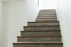 Escalera del cemento y de madera en la pared blanca del mortero Imágenes de archivo libres de regalías