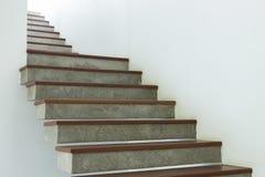 Escalera del cemento y de madera en la pared blanca del mortero Fotografía de archivo libre de regalías