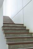 Escalera del cemento y de madera en la pared blanca del mortero Foto de archivo libre de regalías
