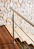 Escalera del estilo y pared modernas del sillar Imagen de archivo