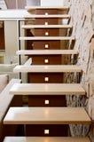 Escalera del estilo y pared modernas del sillar Foto de archivo