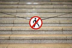 Escalera del granito y ` prohibido paso del ` de la muestra Imagenes de archivo