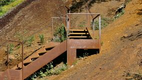 Escalera del hierro en la ladera de la montaña almacen de metraje de vídeo
