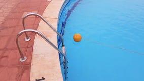 Escalera del metal a la piscina almacen de video