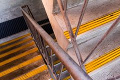 Escalera del metal que muestra 2 vuelos fotografía de archivo libre de regalías