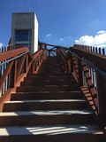 Escalera del moho y del cielo azul Foto de archivo libre de regalías