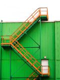 escalera del Multi-palmo en la fachada de un edificio verde imagenes de archivo