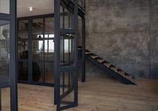 Escalera del palo fierro del estilo del desván del diseño interior foto de archivo libre de regalías