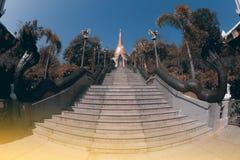 Escalera del vintage a la pagoda de oro en el templo de Wat Pa Phu Kon Imagenes de archivo