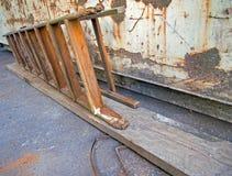 Escalera delante de un envase oxidado, sucio Fotografía de archivo libre de regalías